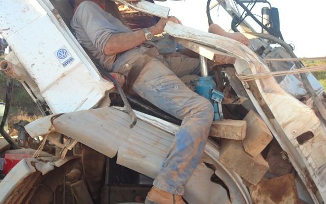 Caminhão limpa fossa tomba em curva e ocupantes ficam presos as ?ferragens?