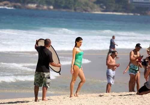 Isabelli Fontana faz ensaio fotográfico de maiô em praia no Rio