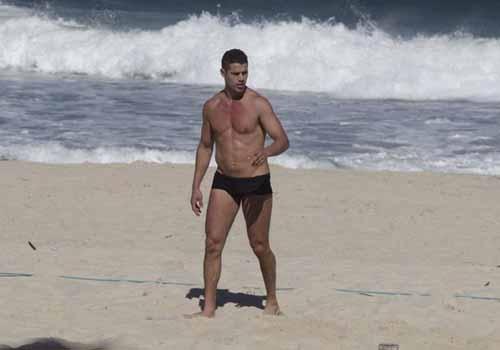 José Loreto e Eri Johnson jogam futevôlei na praia do Recreio