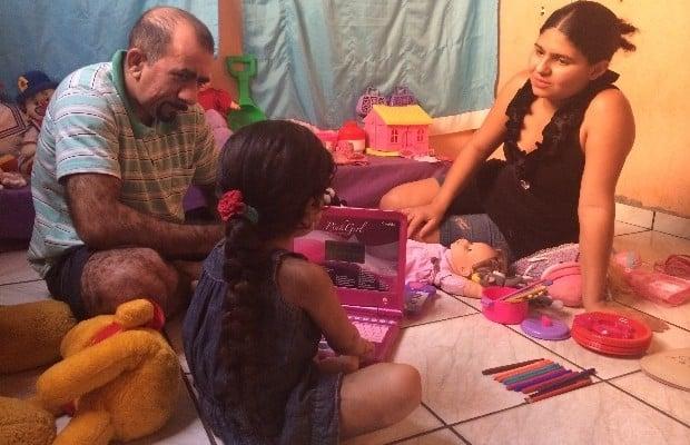 Menina tem vida nova após retirar pelos, diz pai: