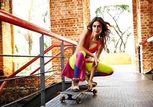 Thaila Ayala anda de skate ao fazer uma campanha de moda