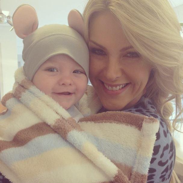 Ana Hickmann protege filho do frio com gorro com orelhas de ratinho