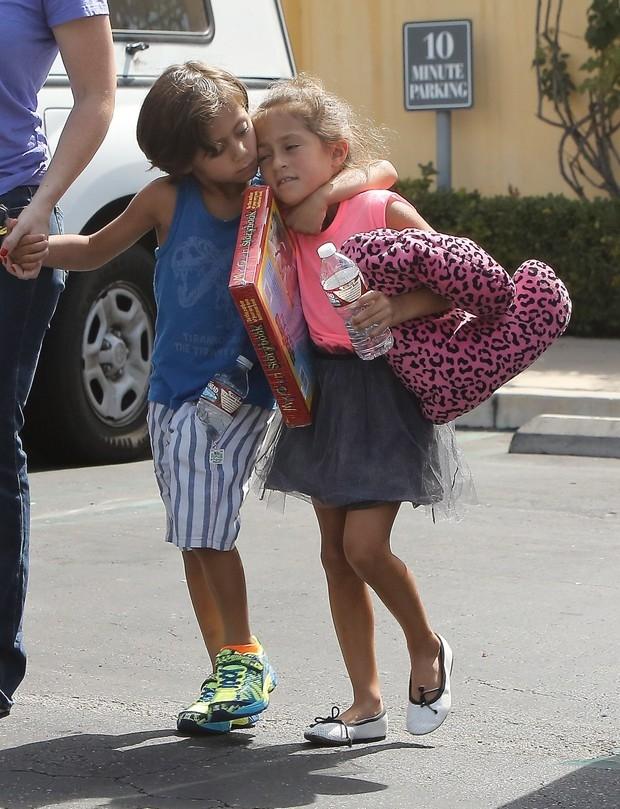 Fofos! Filhos de Jennifer Lopez andam abraçados durante passeio