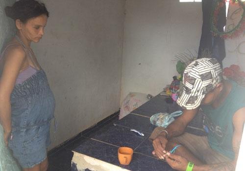 Grávida e marido vivem há um mês em jazigo ao lado do túmulo da filha em RO