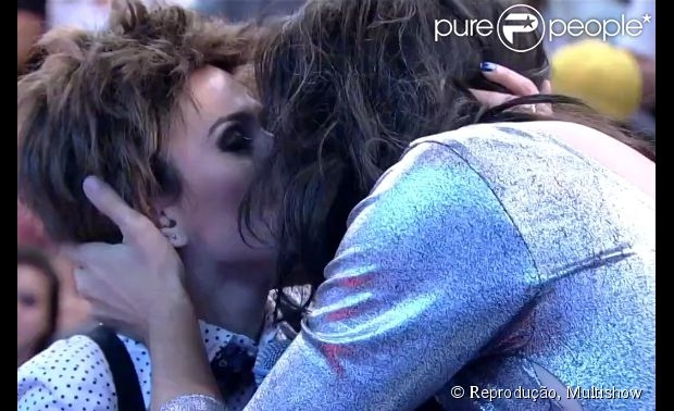 Tatá Werneck chama Michael Jackson de Anitta e beija Fábio Porchat em programa