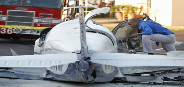 Avião cai em estacionamento de shopping e mata idoso nos EUA
