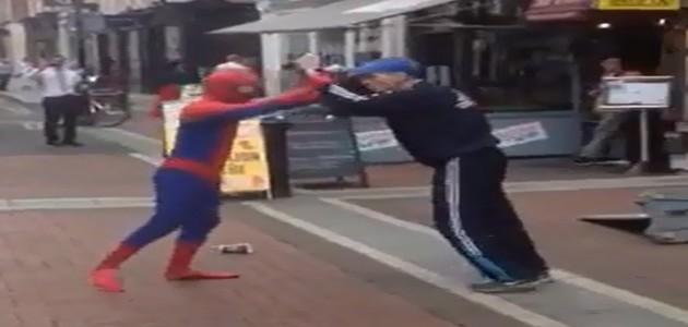 """""""Homem-Aranha"""" é filmado em briga com ladrão no meio da rua na Irlanda"""
