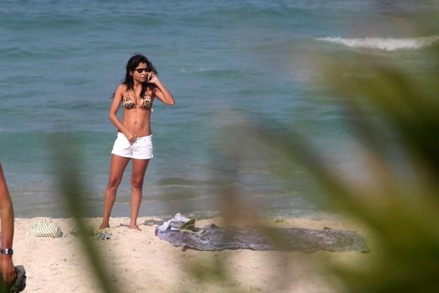 Anna Lima curte praia no Rio com biquíni de oncinha