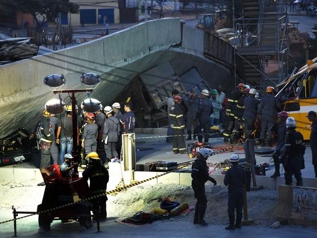 Bombeiros retiram corpo de mais uma vítima de desabamento de viaduto em Belo Horizonte