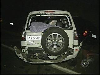 Caminhão ignora sinalização e arrasta 18 carros parados em estrada de São Paulo