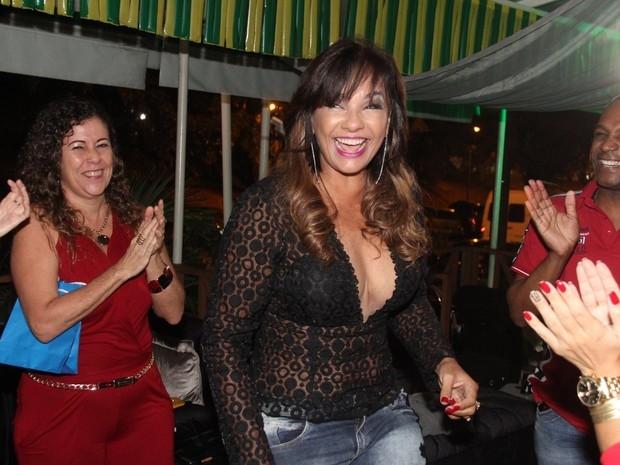 Decotada, Solange Couto comemora os 58 anos  com corpão de dar inveja