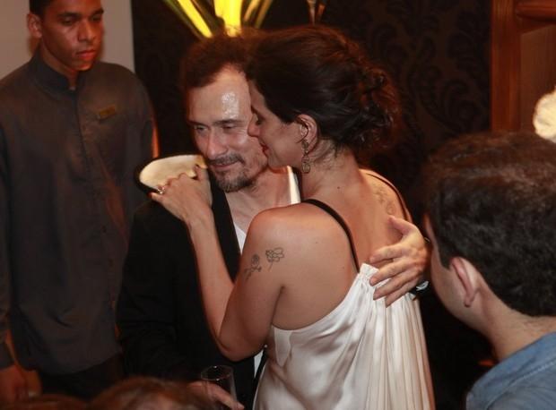 Mariana Lima ganha mão boba e beijaço do marido em festa de novela