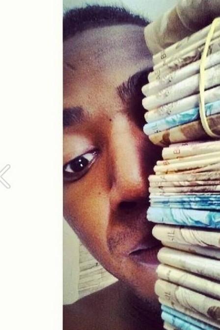 MC Nego do Borel tira onda e mostra dinheiro usado para comprar casa para a mãe