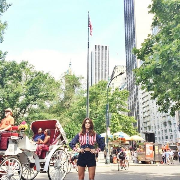 Thaila Ayala posa de shortinho e comemora independência dos EUA