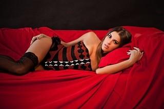 Ex-BBB Angela exibe silicone nos seios e se lança na carreira de modelo