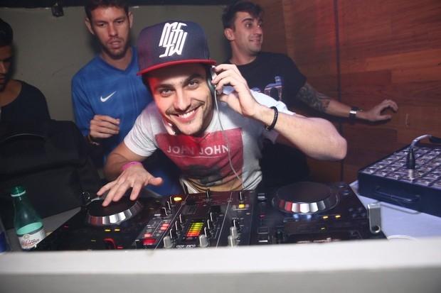 Guilherme Leicam se aventura como DJ em boate no Rio