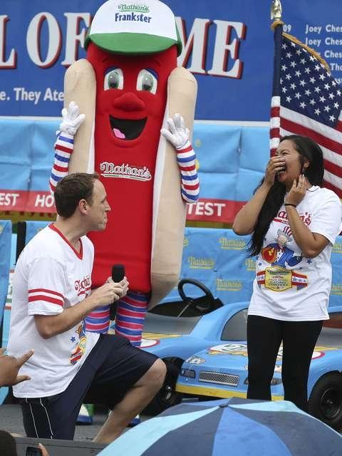 Homem celebra noivado comendo 61 hot dogs em campeonato