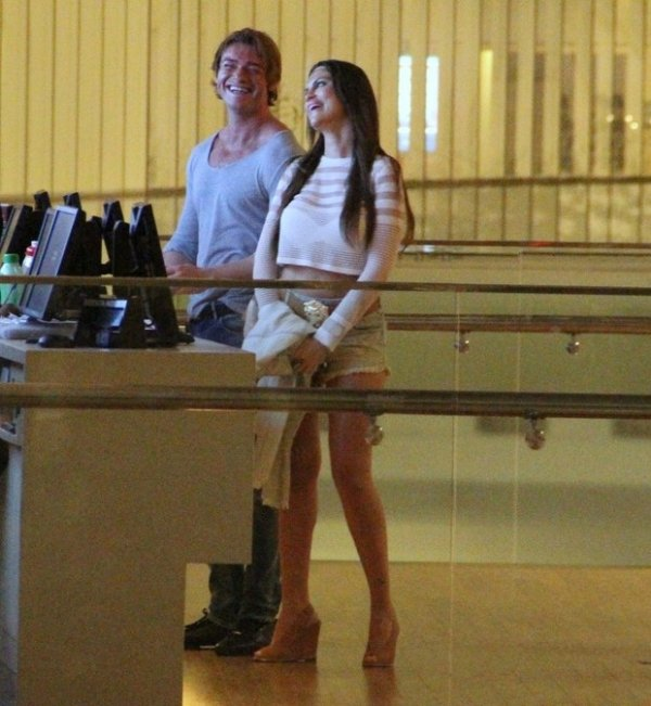 Entre gargalhadas, Thor Batista curte cinema com a namorada