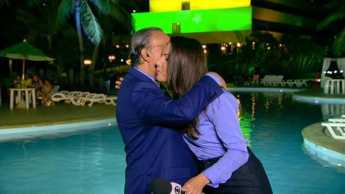 Globo abre satélite e vaza bastidor do JN com beijo de Galvão em Poeta