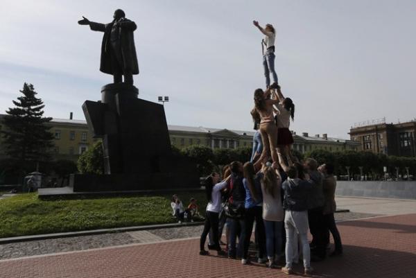 Grupo imita estátua de Lênin ao fazer pirâmide humana na Rússia