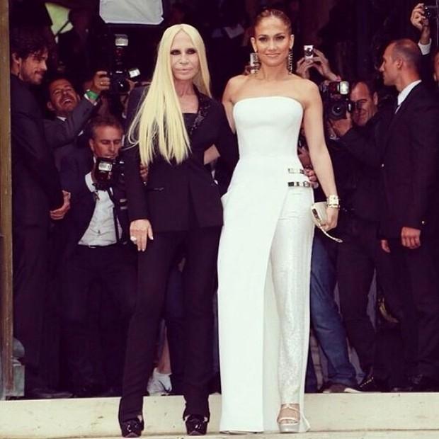 Jennifer Lopez aparece sensual nos bastidores de desfile em Paris