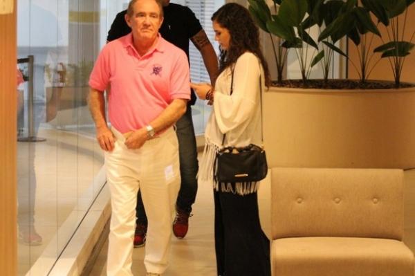 Renato Aragão leva a filha para jantar em shopping no Rio