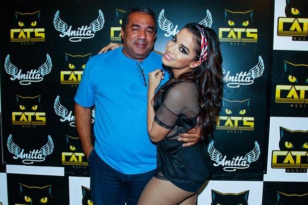 Anitta posa com o pai nos bastidores de show e mostra apoio a Neymar