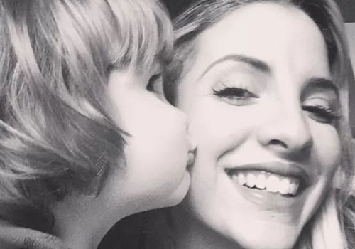 Clara Aguilar aparece recebendo o carinho do filho Max