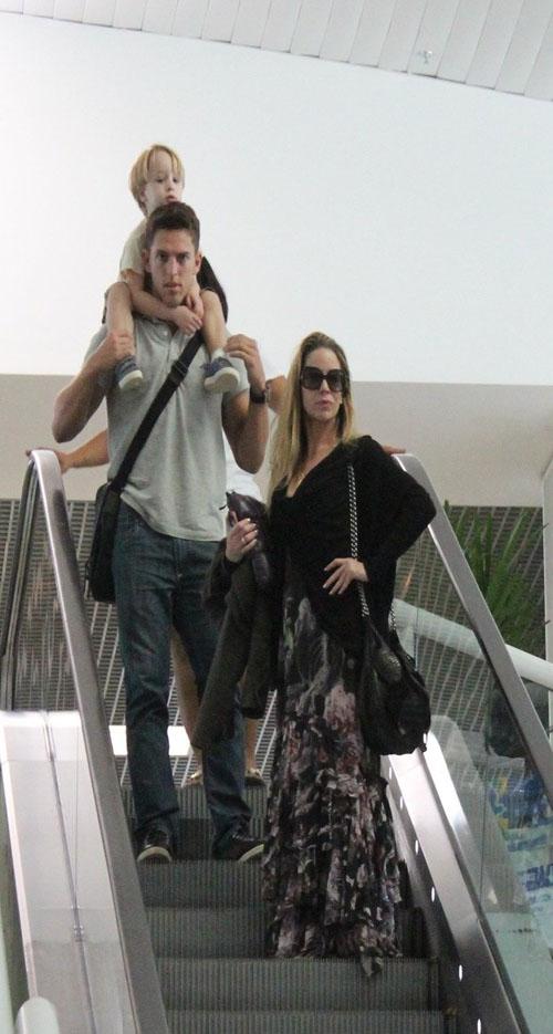 Danielle Winits almoça com filho caçula e namorado antes de embarcar