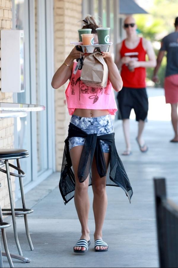 Hoje não! Vanessa Hudgens faz malabarismo para evitar fotos