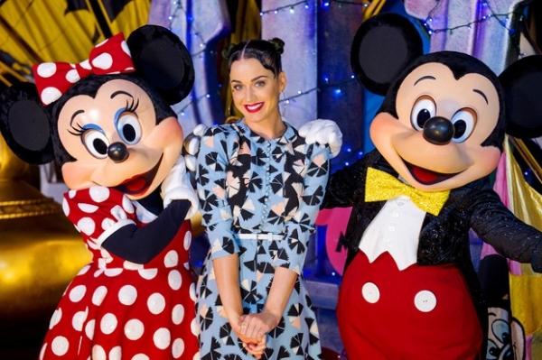 Katy Perry aparece com penteado excêntrico em visita à Disney