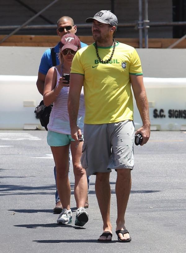 Namorado de Britney Spears usa camisa da seleção brasileira