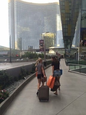 Antônia Fontenelle passa por saia justa com sacolas em Las Vegas