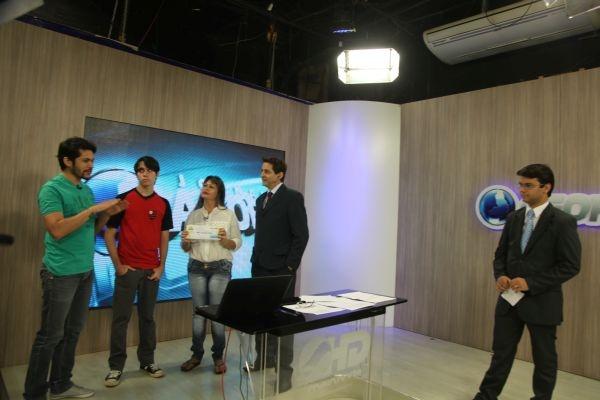 Ganhador do Bolão do Hexa recebe premio de R$ 1.500,00 durante o programa Agora