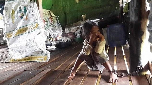 Menina de 4 anos passa 8 horas por dia acorrentada depois de ser dada como garantia de empréstimo financeiro por sua mãe