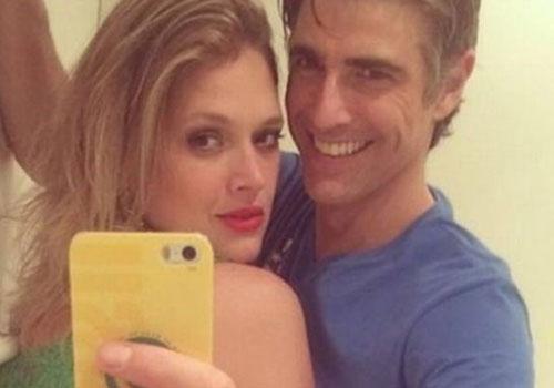Recaída? Reynaldo Gianecchini posa em clima de intimidade com ex-affair