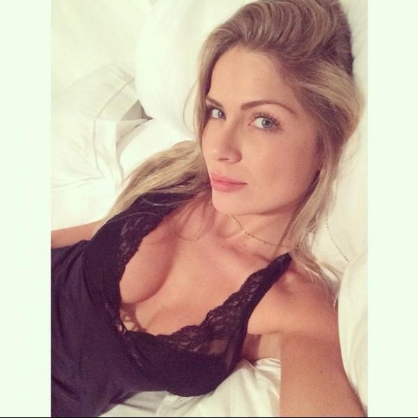 Sexy: Ex-BBB Renatinha divulga foto no instagram com lingerie decotada