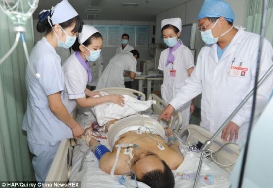 Homem teve o maior tumor do mundo, com 110 kg, removido