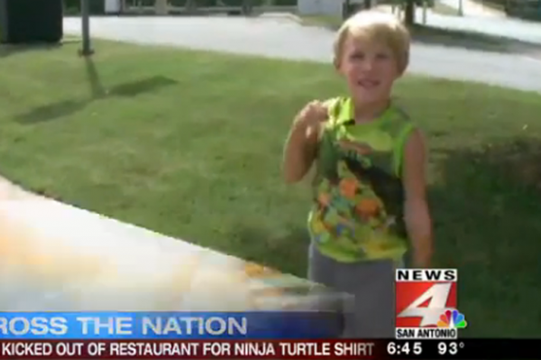 Menino de apenas 4 anos é expulso de restaurante por usar camiseta