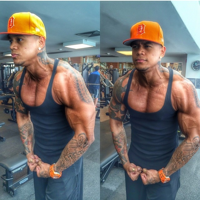 Musculoso, Léo Santana faz pose à la Hulk depois de treino