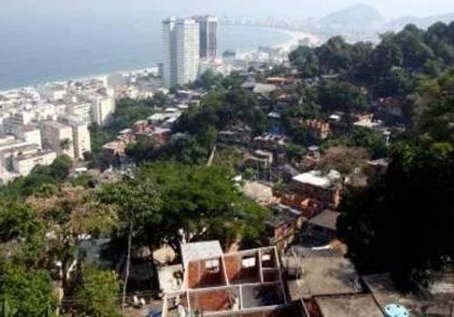Vítima de tortura pede ajuda e PMs de UPP prendem 4 suspeitos na zona sul