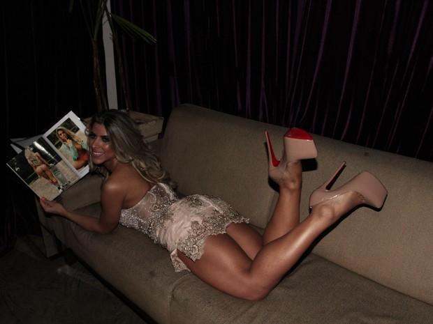 Ana Paula Minerato usa vestido curto e afirma: ?Me sentindo diva?