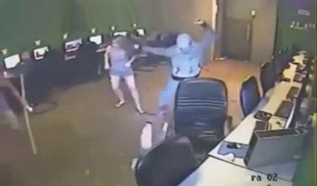 Gerente de lan house é atacado por assaltantes enquanto clientes usam computadores sem perceber o ocorrido