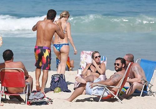 Pedro Scooby arruma calcinha do biquíni de Luana Piovani em praia