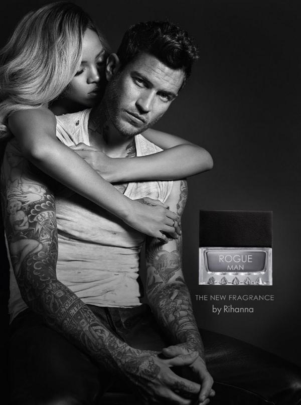 Rihanna agarra modelo tatuado em anúncio de perfume