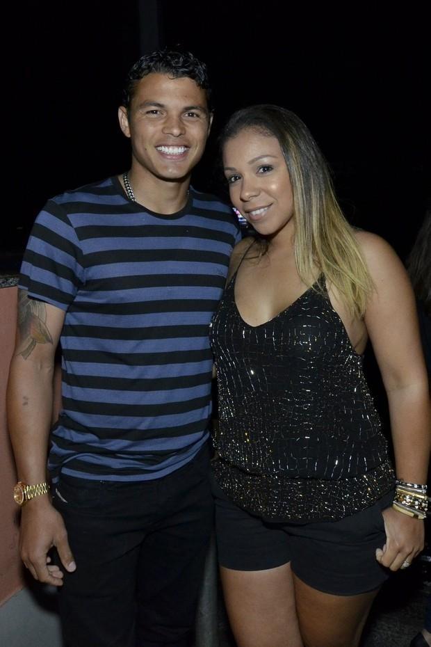 Thiago Silva curte show de pagode com a mulher e a mãe no Rio