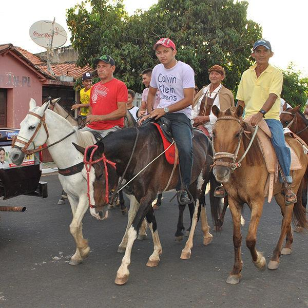 Dezenas de vaqueiros participam da tradicional cavalgada e benção dos vaqueiros