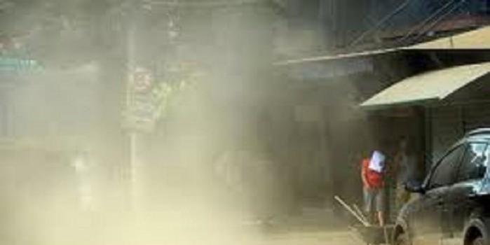 Moradores jogam água na rua para aliviar a poeira