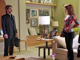 Zé Alfredo se irrita ao encontrar Cristina na sua casa e a ofende no meio de todos