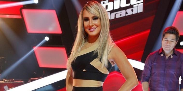 Claudia Leitte chama atenção com vestido curtinho de R$ 2.220